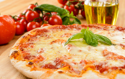 Pizza margherita, close-up, fuoco selettivo